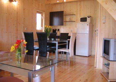 Domki letniskowe - salon z aneksem kuchennym